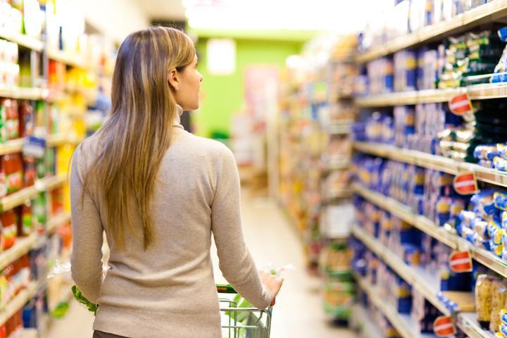 کالاهای داخل قفسههای فروشگاه را بهدقت وارسی کنید