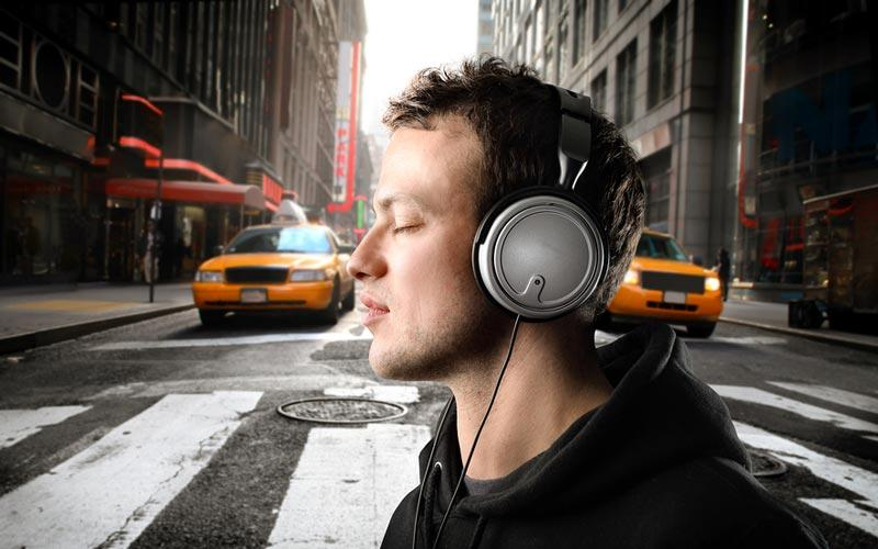 در فاصله بین خانه تا محل کار به یک کتاب صوتی گوش دهید