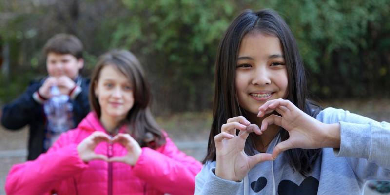 در آموزش اخلاق به کودکان عشق ورزی را فراموش نکنید