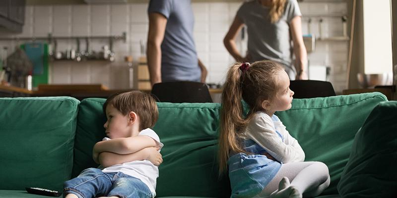 یادگیری کودک از رفتارهای منفی بزرگسالان