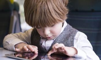 چرا کودکان به وسایل بزرگترها علاقه دارند